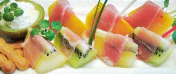 キウイフルーツと柿の生ハム添え