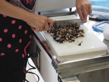 ティラミスに使う黒豆の煮豆を細かく切って!!