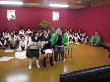 続いてパーキンス小学校へ送った五葉松について説明中。